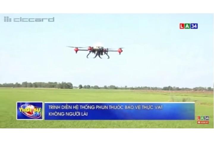 Trình diễn máy bay phun thuốc bảo vệ thực vật ở Long An