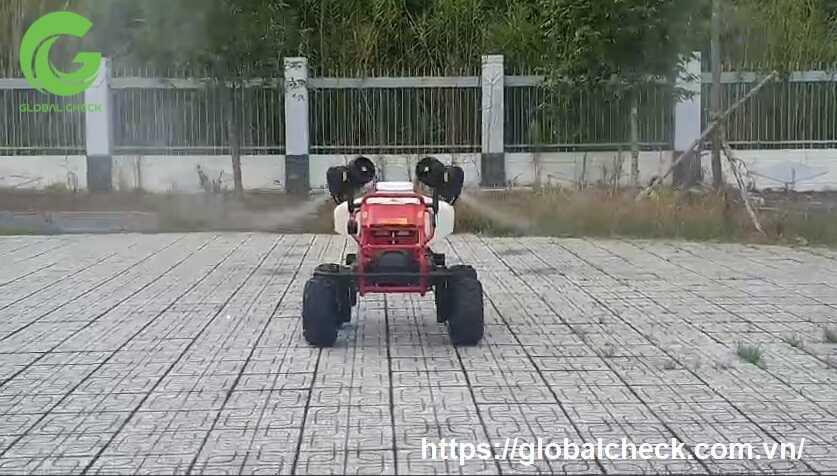 phun thuốc khử trùng chuồng trại bằng robot rg150